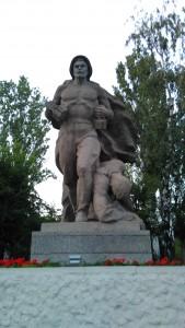Памятник. Солдат с гранатами