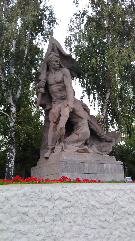 Памятник Поднятое знамя