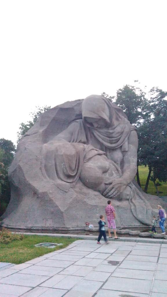 Площадь Скорби и Мать с погибшим сыном.